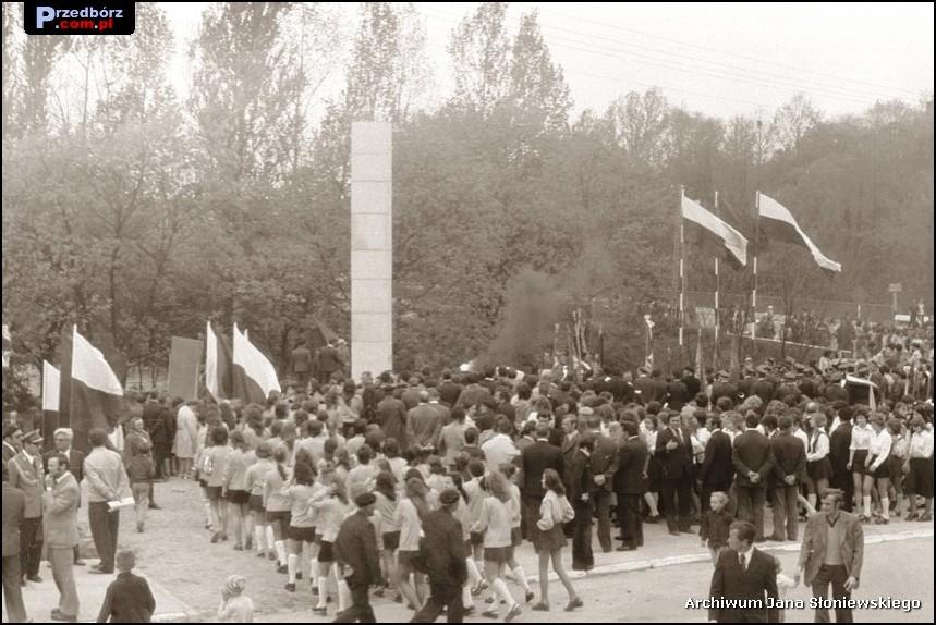 Oglądasz obraz z artykułu: Odsłonięcie Pomnika Partyzantów Ziemi Przedborskiej 9 maja 1975 roku